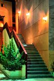 Treppenhaus unter Laternen Lizenzfreie Stockbilder