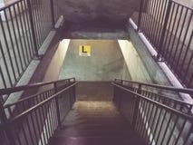 Treppenhaus zu ihrem Niveau Stockfotos