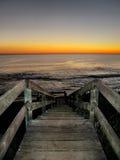 Treppenhaus zum auf den Strand zu setzen lizenzfreies stockfoto