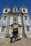 Treppenhaus zum Himmel für den Vater und Tochter, die alte Kirche besichtigen Stockfotos