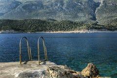 Treppenhaus zum Meer in einer schönen Lagune Eine magische Ansicht des Meeres und der Berge Ruhe und entspannen sich lizenzfreie stockfotos