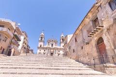Treppenhaus, zum zur Kathedrale zu kommen - Palma di Montechiaro, Agrigen Stockbilder