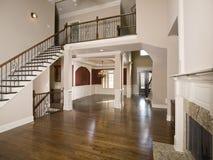 Treppenhaus zur breiten Ansicht des Luxuxwohnzimmers Lizenzfreie Stockfotografie