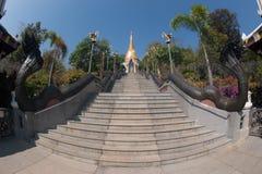 Treppenhaus zur goldenen Pagode in Wat Pa Phu Kon-Tempel in Thailand Stockbilder