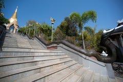 Treppenhaus zur goldenen Pagode in Wat Pa Phu Kon-Tempel in Thailand Stockfotografie