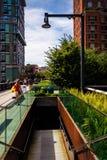 Treppenhaus zur Straße an der hohen Linie, in Manhattan, New York Stockbilder