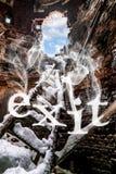 Treppenhausdetails zum Loch im Backsteinmauer und Rauch insc Lizenzfreie Stockbilder