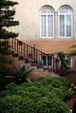 Treppenhausfenster und -garten in im Stadtzentrum gelegenem Lakeland Florida Stockfotografie
