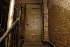 Treppenhausschacht in altem Gebäude drei stockfoto