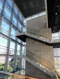Treppenhausschacht in einem modernen Gebäude Stockbilder