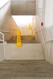 Treppenhausschacht mit Achtungzeichen Stockfotografie