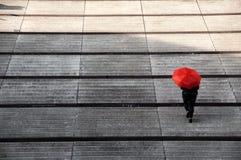 Treppenwanderer mit rotem Regenschirm Lizenzfreie Stockfotografie