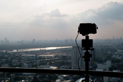 Treppiede e macchina fotografica della siluetta Fotografia Stock