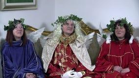Tres ángeles están sin hacer nada y miran con los laureles en sus cabezas metrajes