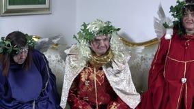 Tres ángeles masculinos dan vuelta alrededor y se sientan almacen de metraje de vídeo