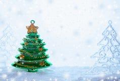 Tres árboles de navidad de los juguetes de la Navidad se están colocando en nieve, nieve que cae y espacio de la copia Imagen de archivo libre de regalías