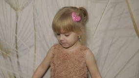 Tres años felices de la muchacha hacer caras y el baile Niño rubio lindo Ojos de Brown Sonrisa linda de la muchacha Niño bastante almacen de metraje de vídeo