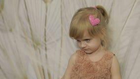 Tres años felices de la muchacha hacer caras y el baile Niño rubio lindo Ojos de Brown Sonrisa linda de la muchacha Niño bastante almacen de video