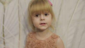 Tres años felices de la muchacha hacer caras y el baile Niño rubio lindo Ojos de Brown Sonrisa linda de la muchacha Niño bastante metrajes