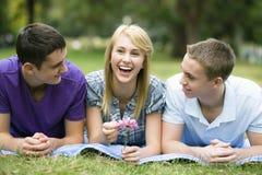 Tres adolescencias en parque Foto de archivo libre de regalías