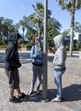 Tres adolescencias que cuelgan hacia fuera Foto de archivo libre de regalías
