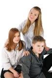 Tres adolescencias que se sientan Fotografía de archivo libre de regalías
