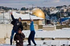 Tres adolescentes con las bolas de nieve Imágenes de archivo libres de regalías