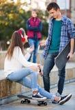 Tres adolescentes con los monopatines Fotos de archivo libres de regalías