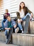 Tres adolescentes con smartphones Fotos de archivo