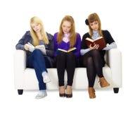 Tres adolescentes de las muchachas cuidadosamente leídos los libros Imágenes de archivo libres de regalías