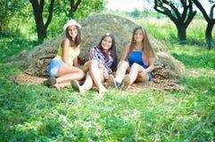 Tres adolescentes despreocupados que mienten en montón de ey Fotografía de archivo libre de regalías