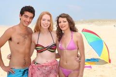 Tres adolescentes en la playa Imagen de archivo