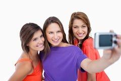 Tres adolescentes hermosos que muestran sonrisa de emisión Fotos de archivo
