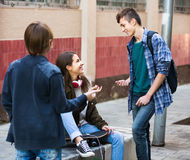 Tres adolescentes que cuelgan hacia fuera al aire libre Fotografía de archivo libre de regalías