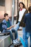 Tres adolescentes que cuelgan hacia fuera al aire libre Fotografía de archivo
