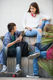 Tres adolescentes que cuelgan hacia fuera al aire libre Fotos de archivo libres de regalías