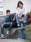 Tres adolescentes que cuelgan hacia fuera al aire libre Imagen de archivo