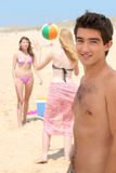 Tres adolescentes que juegan con la bola Foto de archivo