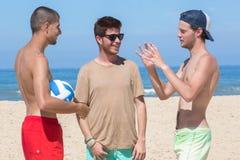 Tres adolescentes que se relajan en la playa Foto de archivo