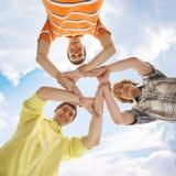Tres adolescentes que se sostienen en una forma de una estrella Fotos de archivo libres de regalías