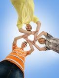 Tres adolescentes que se sostienen en una forma de una estrella Imagen de archivo libre de regalías