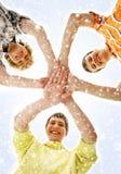 Tres adolescentes que se sostienen en una forma de una estrella Imagen de archivo