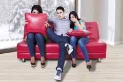 Tres adolescentes que ven la TV Imagen de archivo