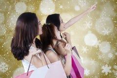 Tres adolescentes sostienen los panieres Imagen de archivo