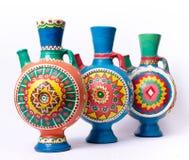 Tres adornaron los jarros handcrafted coloridos de la cerámica Fotografía de archivo libre de regalías