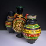 Tres adornaron los jarros handcrafted negro de la cerámica Imagen de archivo libre de regalías