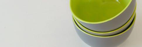 Tres aislaron los cuencos grises verdes en el fondo blanco fotografía de archivo
