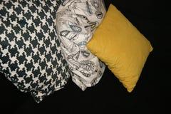 Tres almohadas en fila en fondo oscuro Fotos de archivo libres de regalías