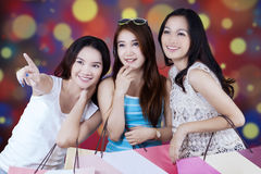 Tres amigas que llevan los panieres Foto de archivo libre de regalías