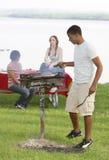 Tres amigos adolescentes que tienen una barbacoa Imagen de archivo